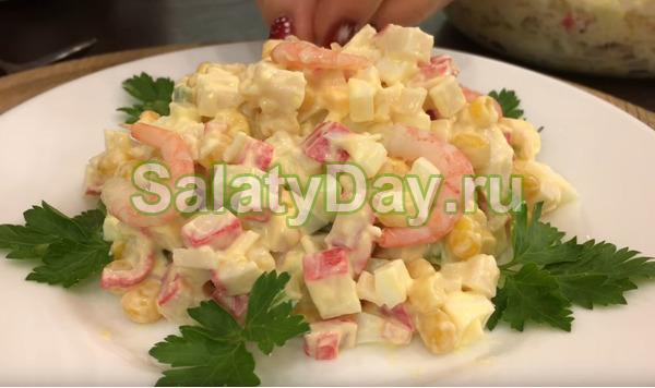 Салат с крабовыми палочками, креветками и свежим огурцом