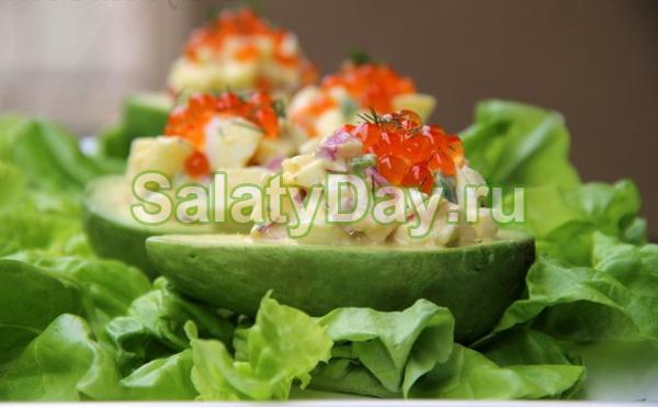 Салат с авокадо с крабовыми палочками и помидором