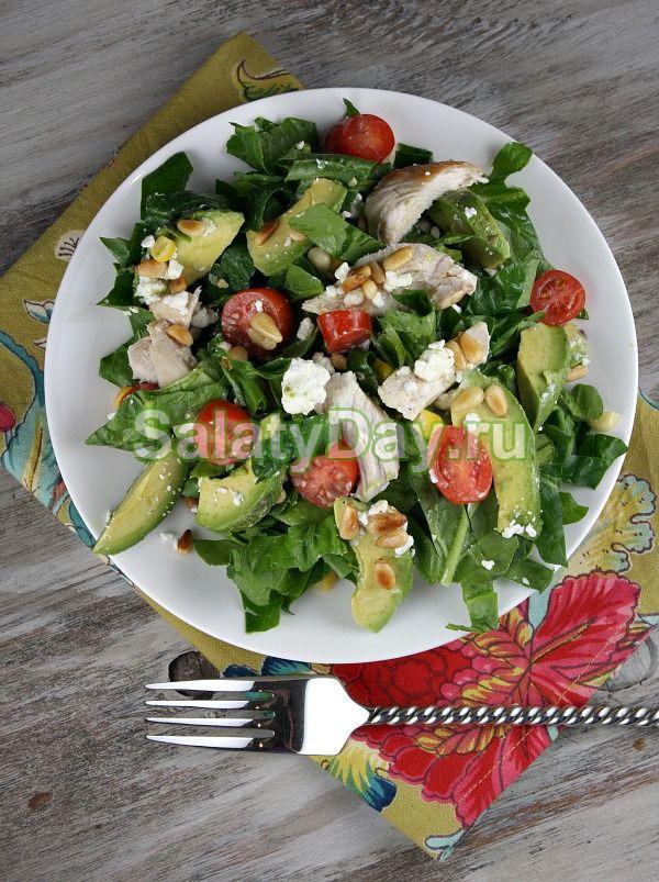 Традиционный салат с авокадо и курицей