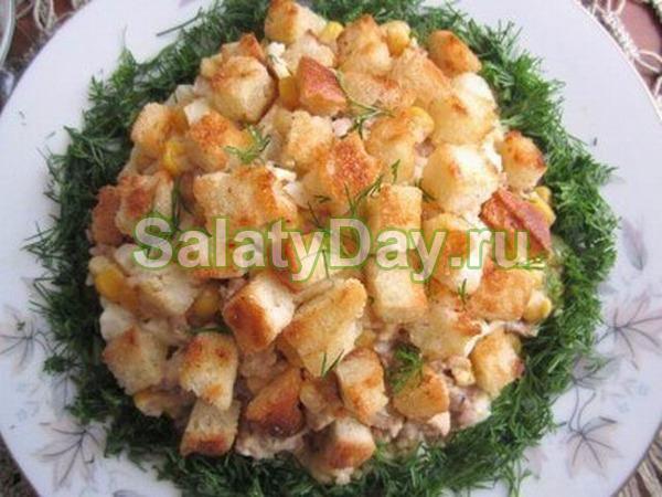 Печеночный салат с грибами и сухарями