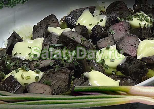 Салат с говяжьей печенью, огурцами и картофелем