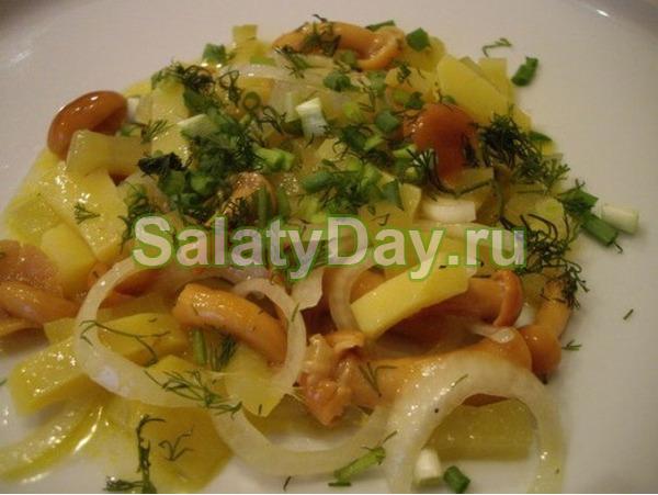 Салат с маринованными опятами и картофелем