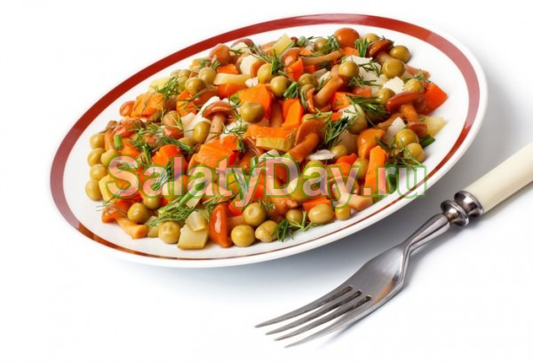 Салат с опятами и зеленым горошком