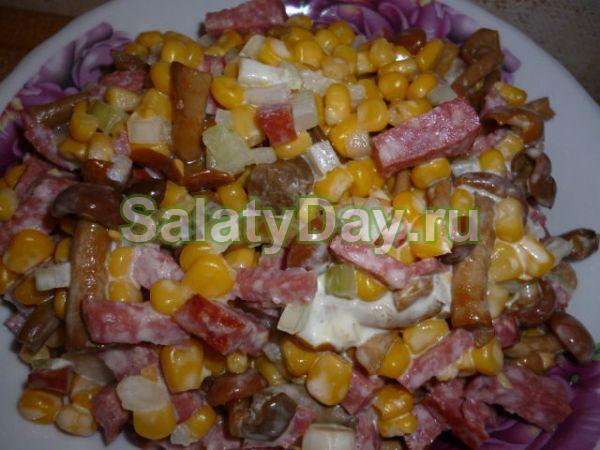 Салат с опятами и кукурузой