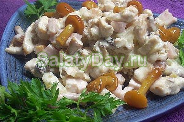 Салат с консервированными опятами и ананасами