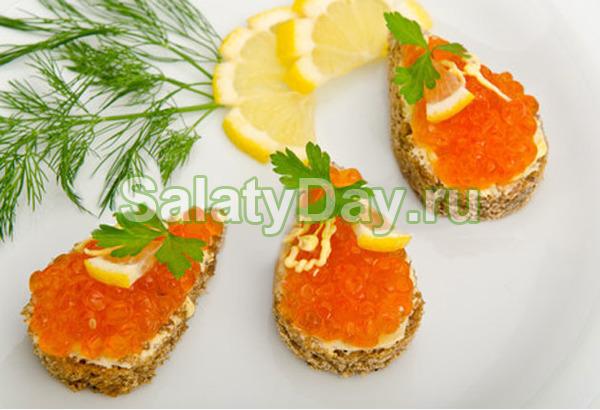 Бутерброды с красной икрой, лимоном и петрушкой
