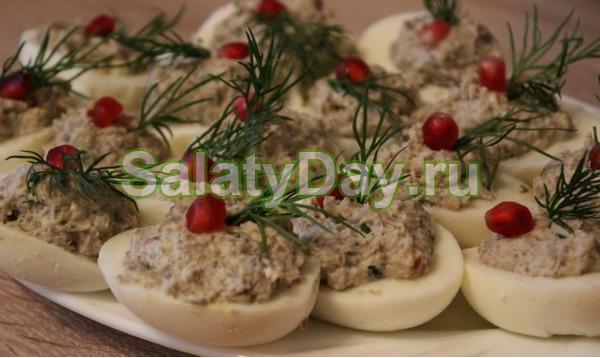 Фаршированные яйца с сыром и грецким орехом