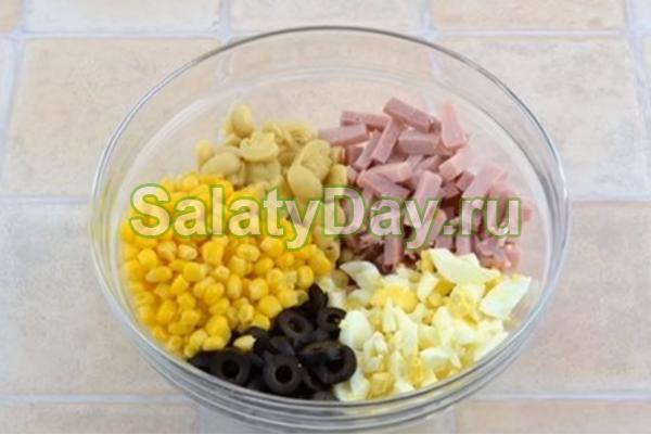Оригинальный салат с оливками, маслинами, ветчиной