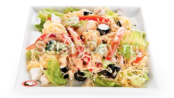Пикантный салат с курицей, оливками, сыром и свежими помидорами