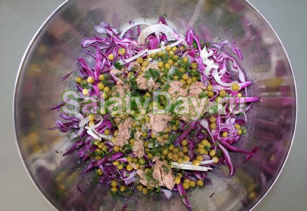 Салат из краснокочанной капусты с тунцом