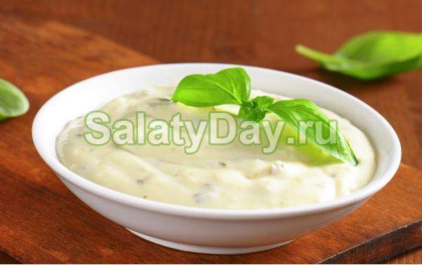 Соус для салата цезарь с базиликом.