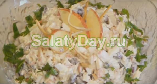 Салат с сыром косичка, фасолью, крабовыми палочками