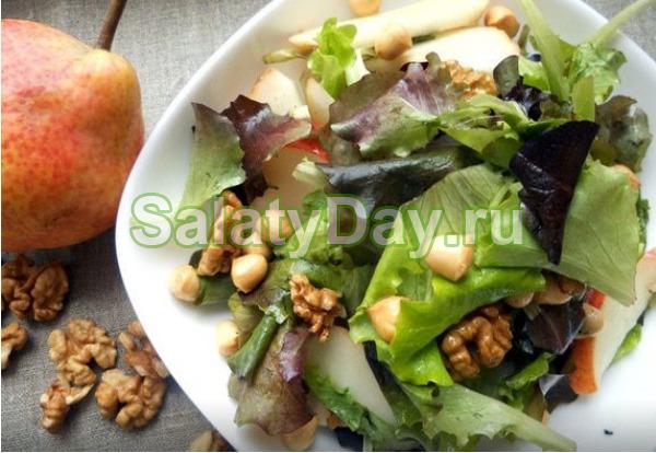 Салат с грушей, копченым сыром и грецкими орехами