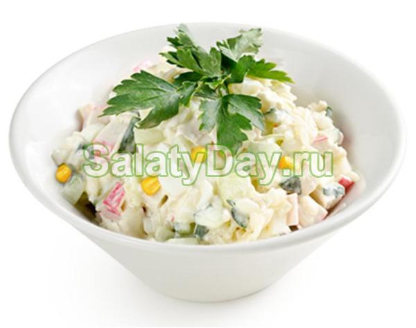Крабовый салат с огурцом, кукурузой и яйцом