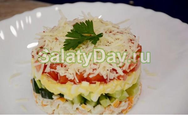 Слоеный салат с крабовыми палочками, помидором и огурцом