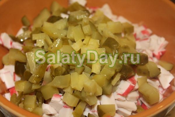 Крабовый салат с зелёным горошком, свежими и маринованными огурцами