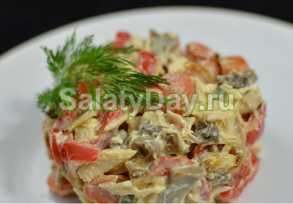 {amp}quot;Английский салат{amp}quot; с куриной грудкой, грибами и помидорами