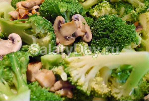 Салат из куриной грудки, грибов и брокколи
