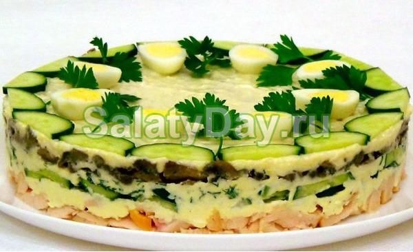 Праздничный салат с куриной грудкой, грибами, свежими огурцами и черносливом