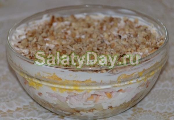 Салат с курицей, грецкими орехами и картофелем