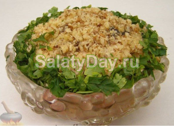Салат с курицей, грецкими орехами и ананасами