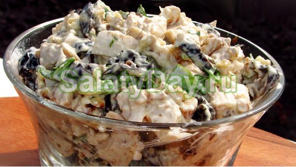 Салат с курицей, грецкими орехами и черносливом